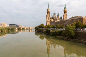 Dit is de beroemde Basílica de Nuestra Señora del Pilar, met links de Puente de Piedra (stenen brug).