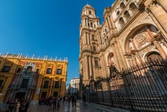 Rechts de hoofdingang 'la manquita' van de kathedraal en de klokketoren.