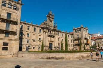 Aan de noordzijde van de kerk staat deze Universiteit voor Sociaalwerk.