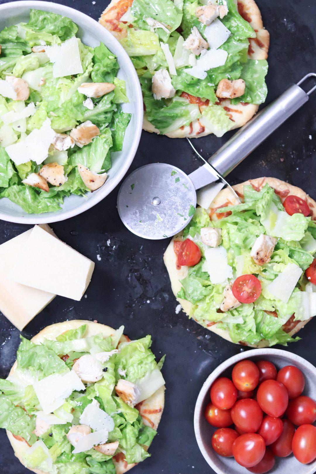 Pizza mit Caesar Salat
