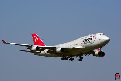 成田空港に着陸態勢のNWA