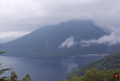 雨霞の男体山と中禅寺湖