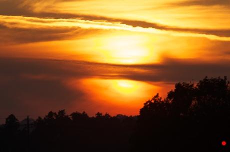 雲で夕日が分断される夕焼けの写真
