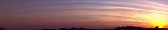 とある田園地帯のすじ雲夕焼けの写真