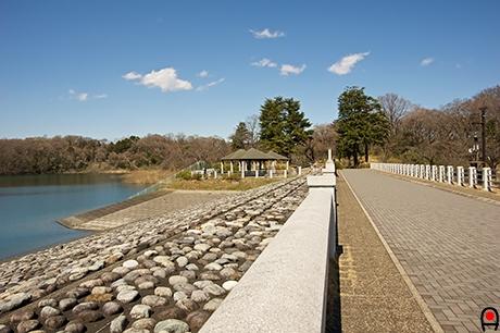 ダム堤防の通路の写真