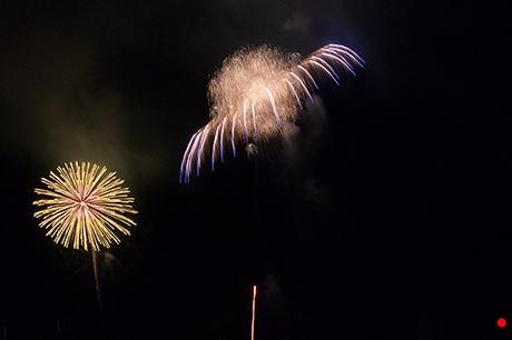 中心が爆発してるような花火の写真