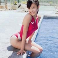 小島 瑠璃子・こじるりのピンク色の競泳水着がエロい画像など40枚