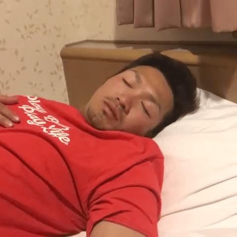 鈴木誠也_野間の部屋で爆睡