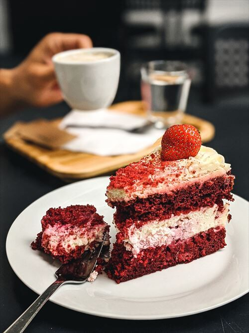 caf_cake_close__hands_strawberry-1630288_R