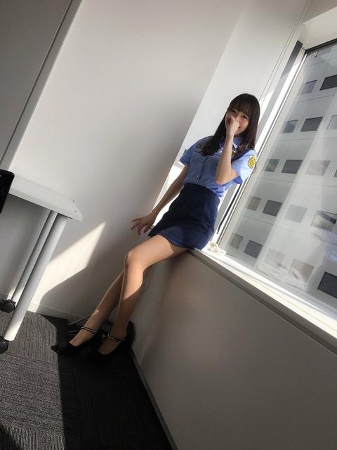 【画像】松井咲子のミニスカポリスの格好が程よくエロい
