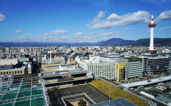 漫才コンビのツイート1回に50万円。京都市が吉本とPR契約。識者「驚く額、誤解与える手法」市「金額は十分に見合うものだ」