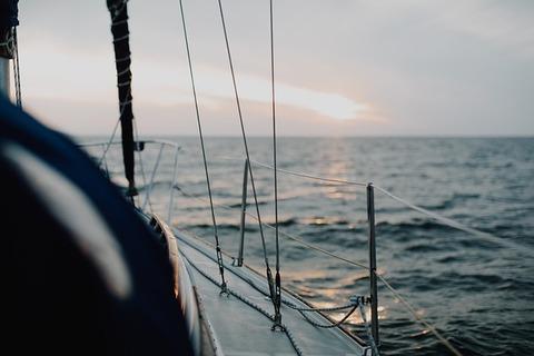 sailing-4490241_640