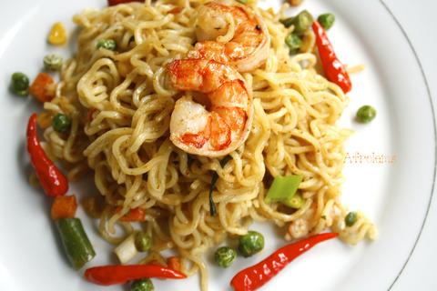 Indomie-noodles-with-shrimp-and-vegetables