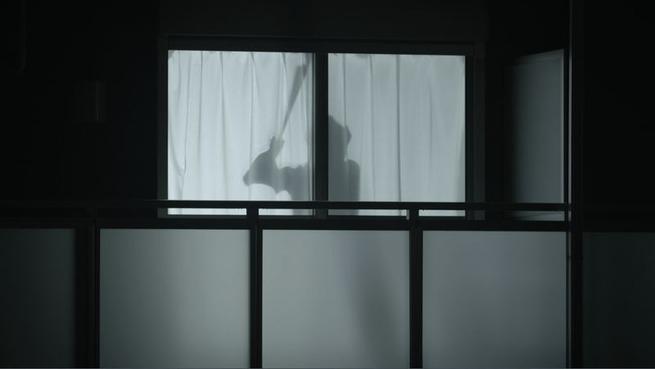 为保护独居女性日本公司发明窗帘上的男友「Man of the Curtain」