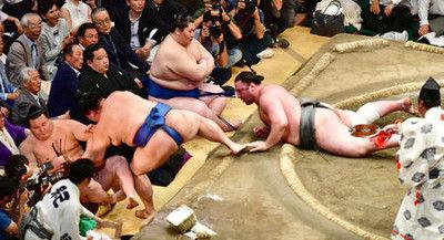 栃ノ心連勝ストップ、鶴竜と並ぶ1敗、2敗白鵬追う