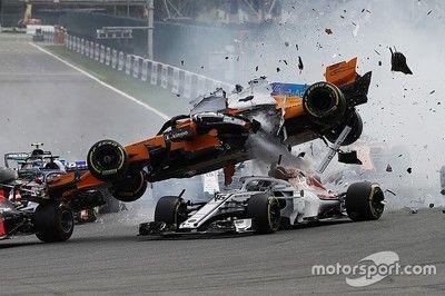 スタート直後に大事故発生!アロンソ、ミスを犯したヒュルケンベルグを非難「ハロがあって良かったけど……」 F1ベルギーGP決勝