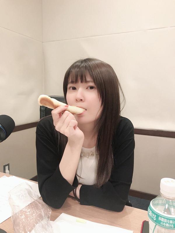 パンを食べる竹達彩奈