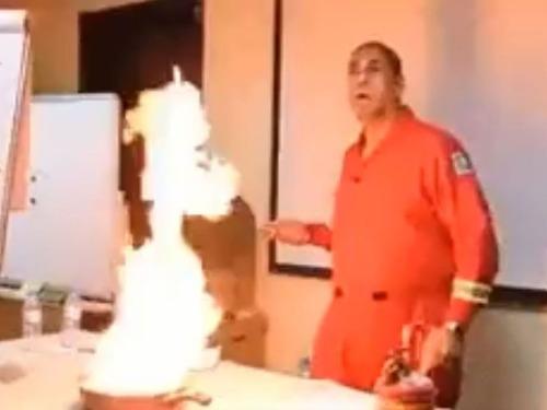 フライパンの油が燃えたときの消し方00