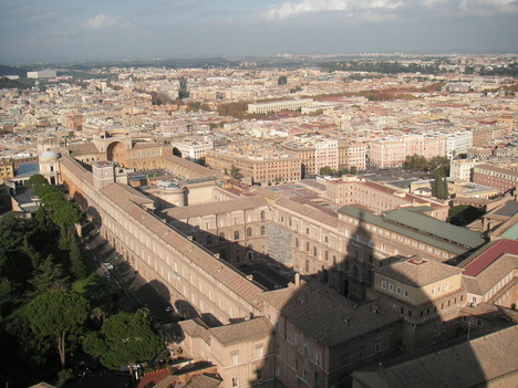 バチカン美術館とドームの影