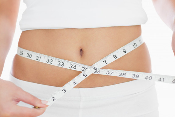 closeup-midsection-de-mujer-que-mide-la-cintura_13339-48947
