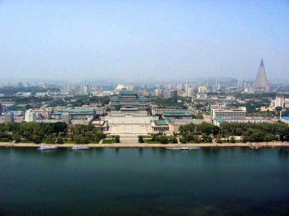 1280px-0322_Pyongyang_Turm_der_Juche_Idee_Aussicht