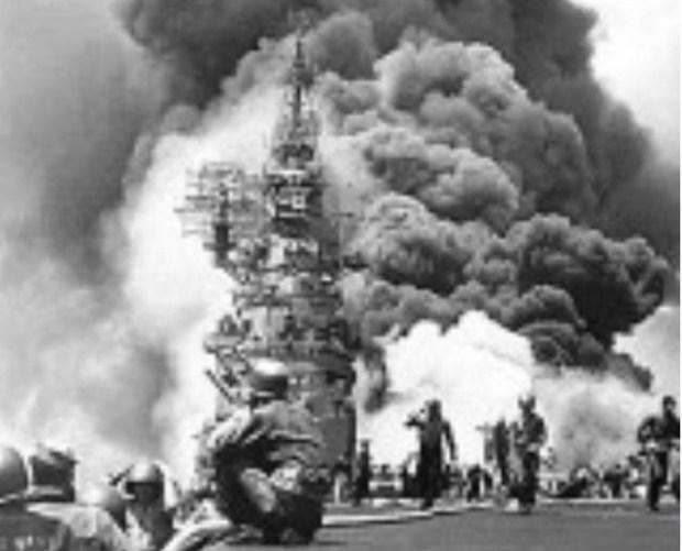 神風自殺攻撃で被害を受ける米軍