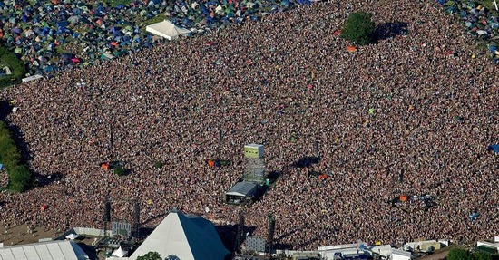 glastonbury-festival-2011-day4-crowd-pyramid