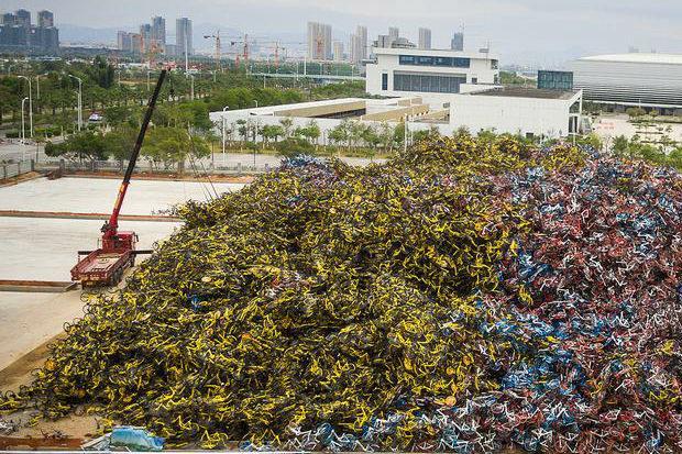 山のように積み上げられた膨大な量の自転車 出典:トーイチャンネット