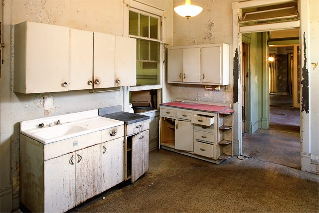 A Southern Romance with Phantom Screens. Kitchen - Live Laugh Rowe