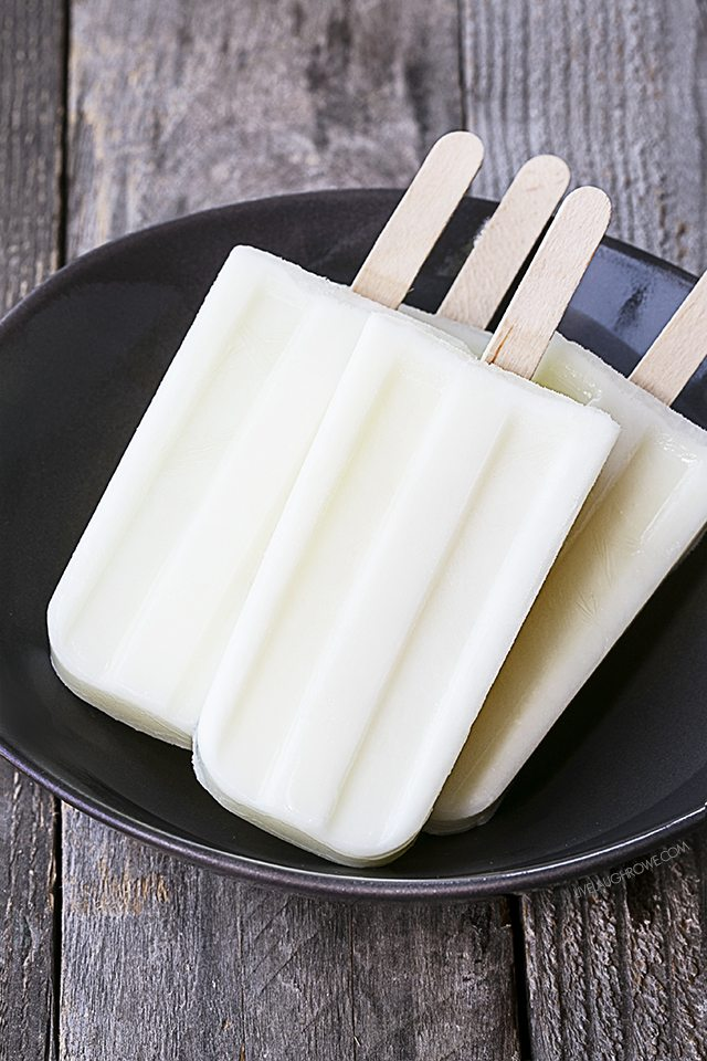 These mouthwatering Key Lime Pie Popsicles are perfectly refreshing on hot summer day! livelaughrowe.com