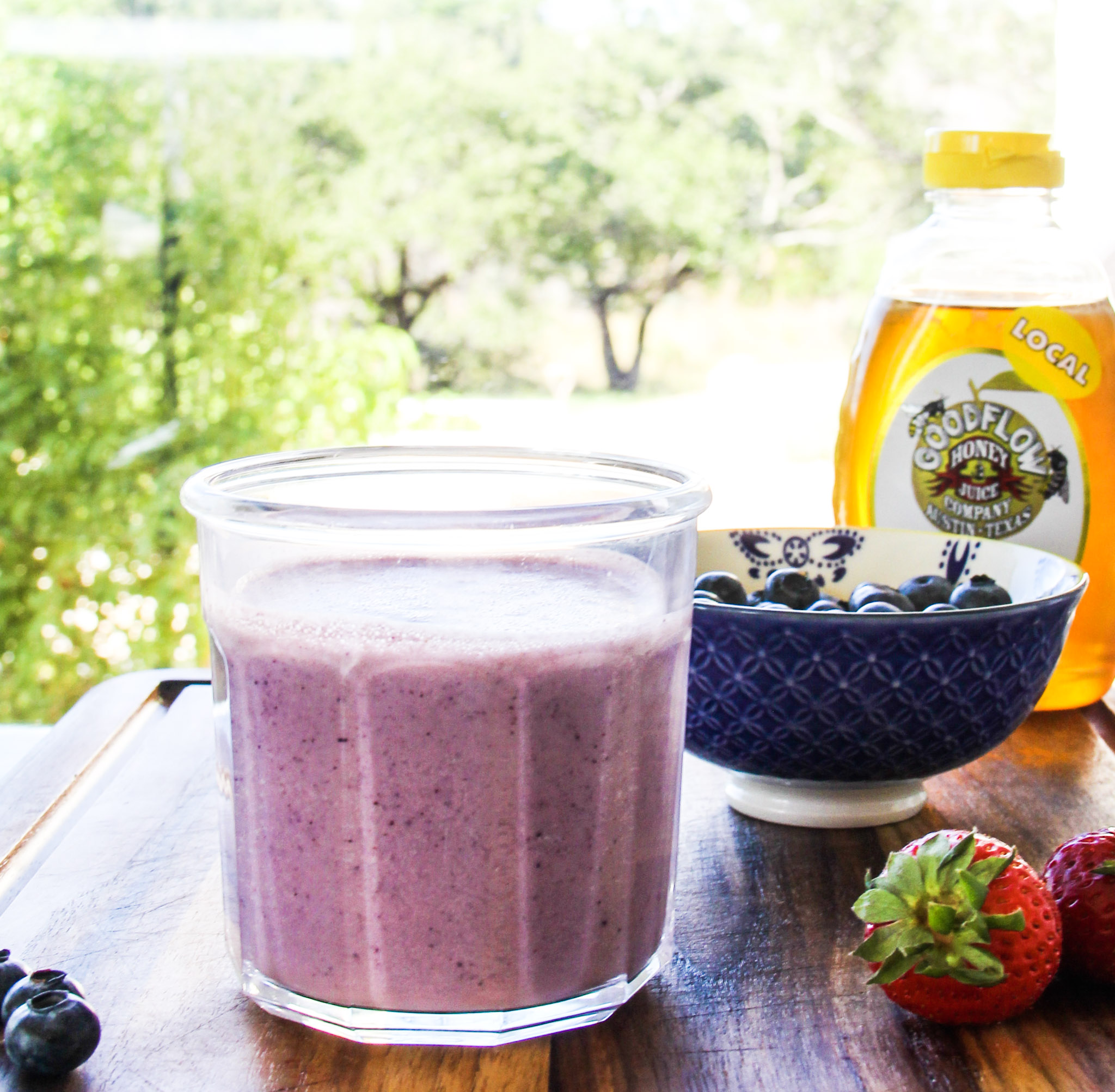 low sugar smoothie with blueberries and strawberries