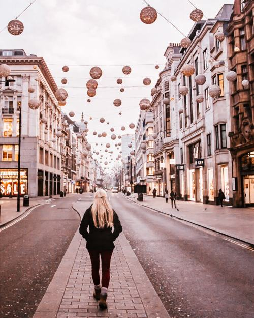 Walking down the middle of Oxford Street at Christmas. Get a detailed guide to 3 days in London and all the best Instagram photo spots in London here.
