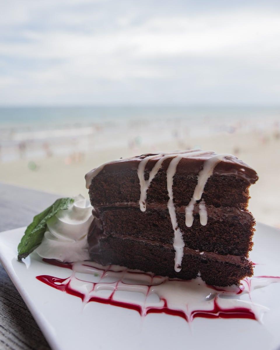 在海滩上的豪华餐厅和巧克力餐厅,在海滩上,看到了一张冰雕和烧烤的味道
