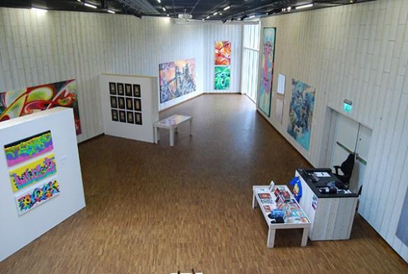 En utställning som enlig besökaren i texten kunde gjorts av barn.