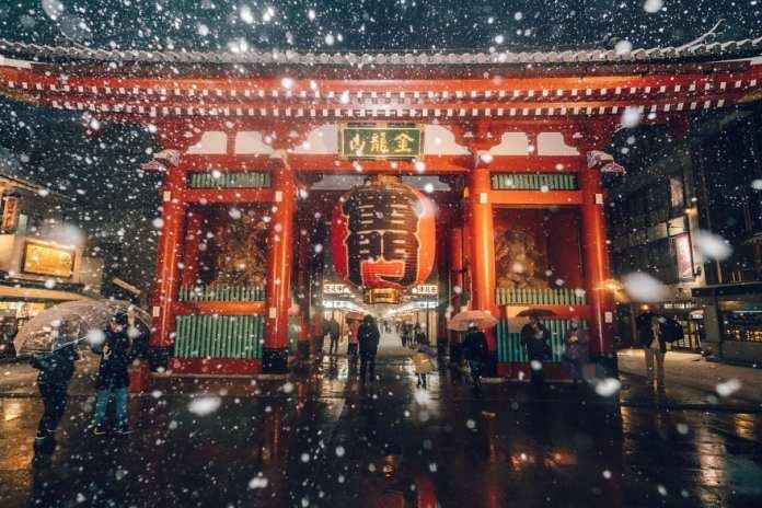 Un fotograf japonez a surprins orașul Tokyo înzăpezit în niște fotografii uluitoare.