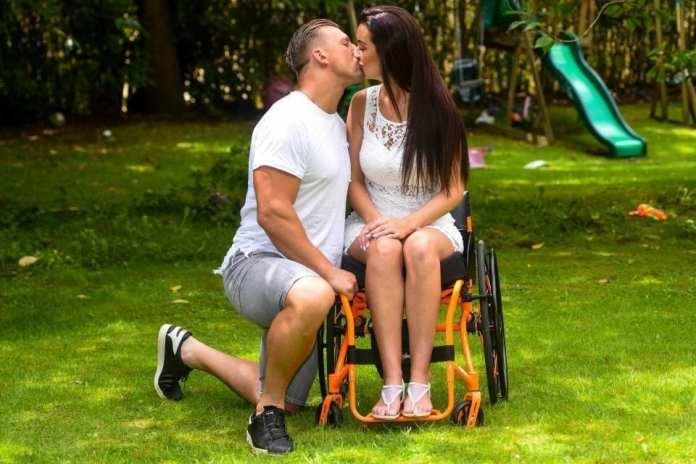Soţul a părăsit-o după 5 zile de la accident, acum a găsit iubirea adevărată alături de cel care a ajutat-o să meargă din nou.