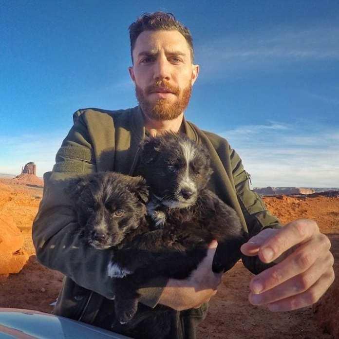 A găsit doi căţeluşi abandonaţi în deşert. I-a salvat şi au plecat într-o călătorie de peste 50.000 de kilometri