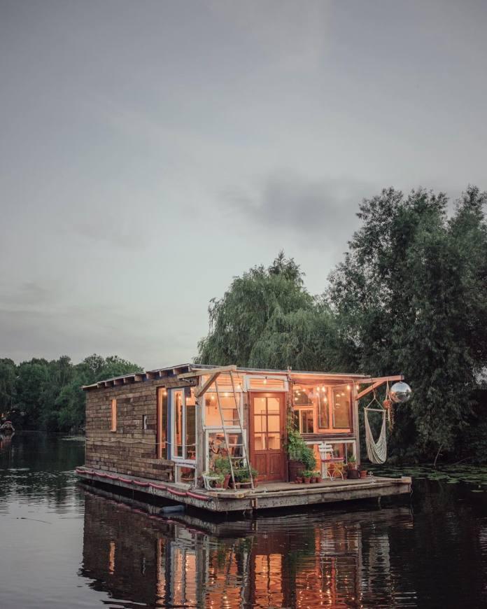 Doi artiști transformă bărcile în studiouri plutitoare de artă și fotografie pentru a călători în Europa