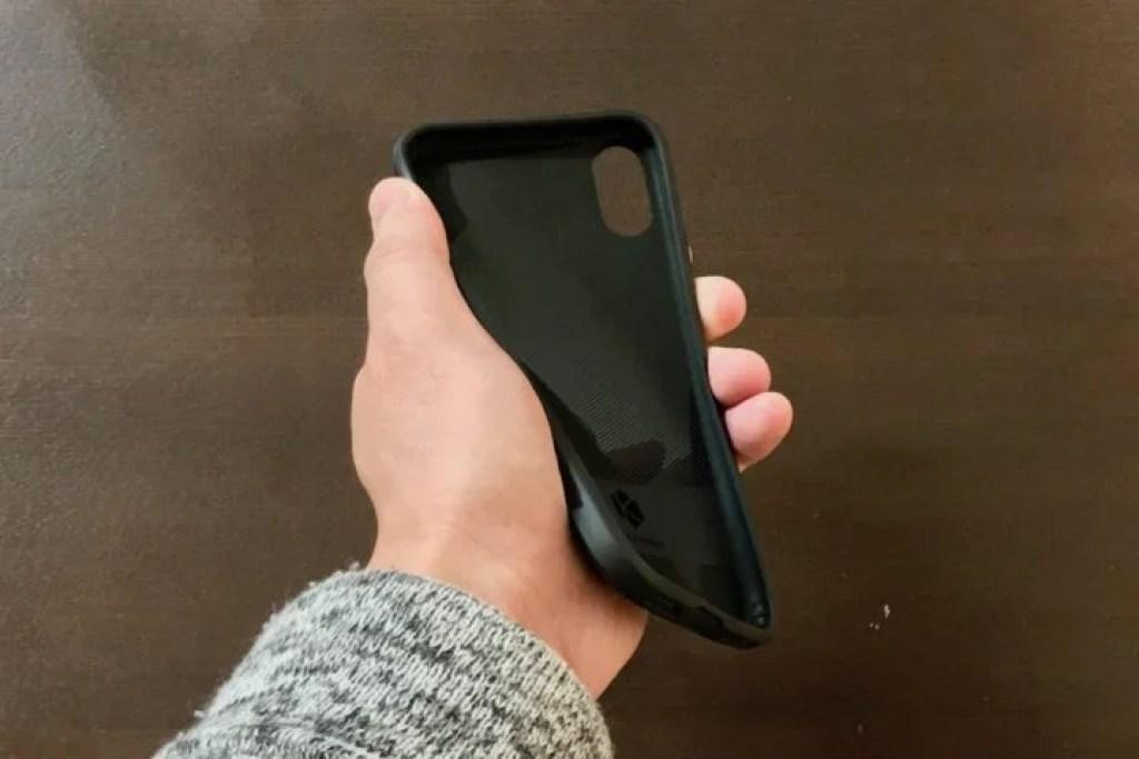 iPhone用KARAPAX Shieldをぐにゃっと