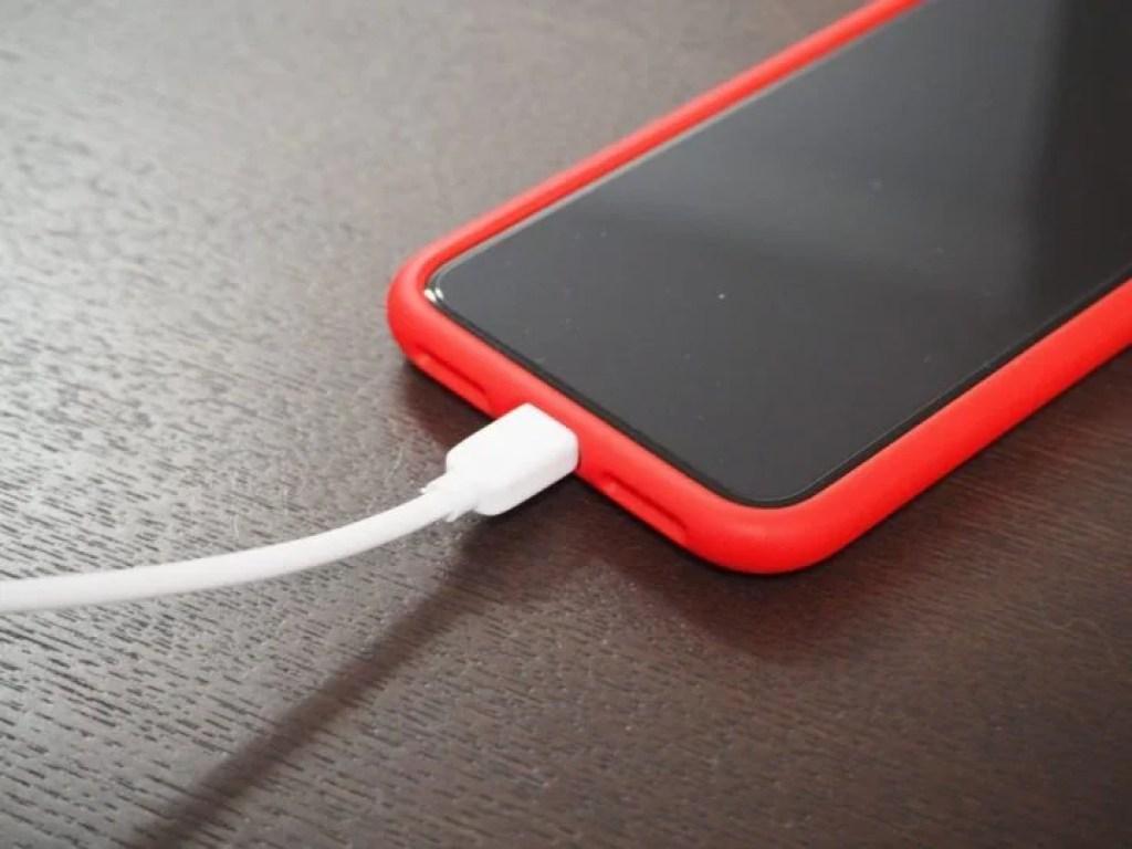 iPhoneケースとLightningケーブルの干渉