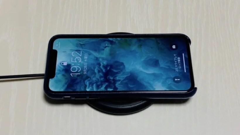 ワイヤレス充電中のiPhone XS