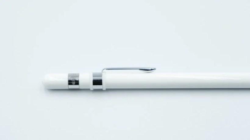 胸ポケットなどに固定できるApple Pencilクリップ