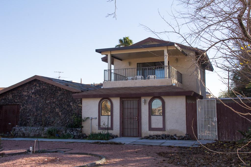 1065 Sur Este front with balcony