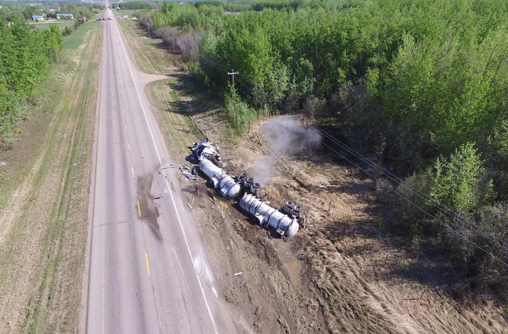 Homes evacuated due to hydrochloric acid spill on Alberta highway