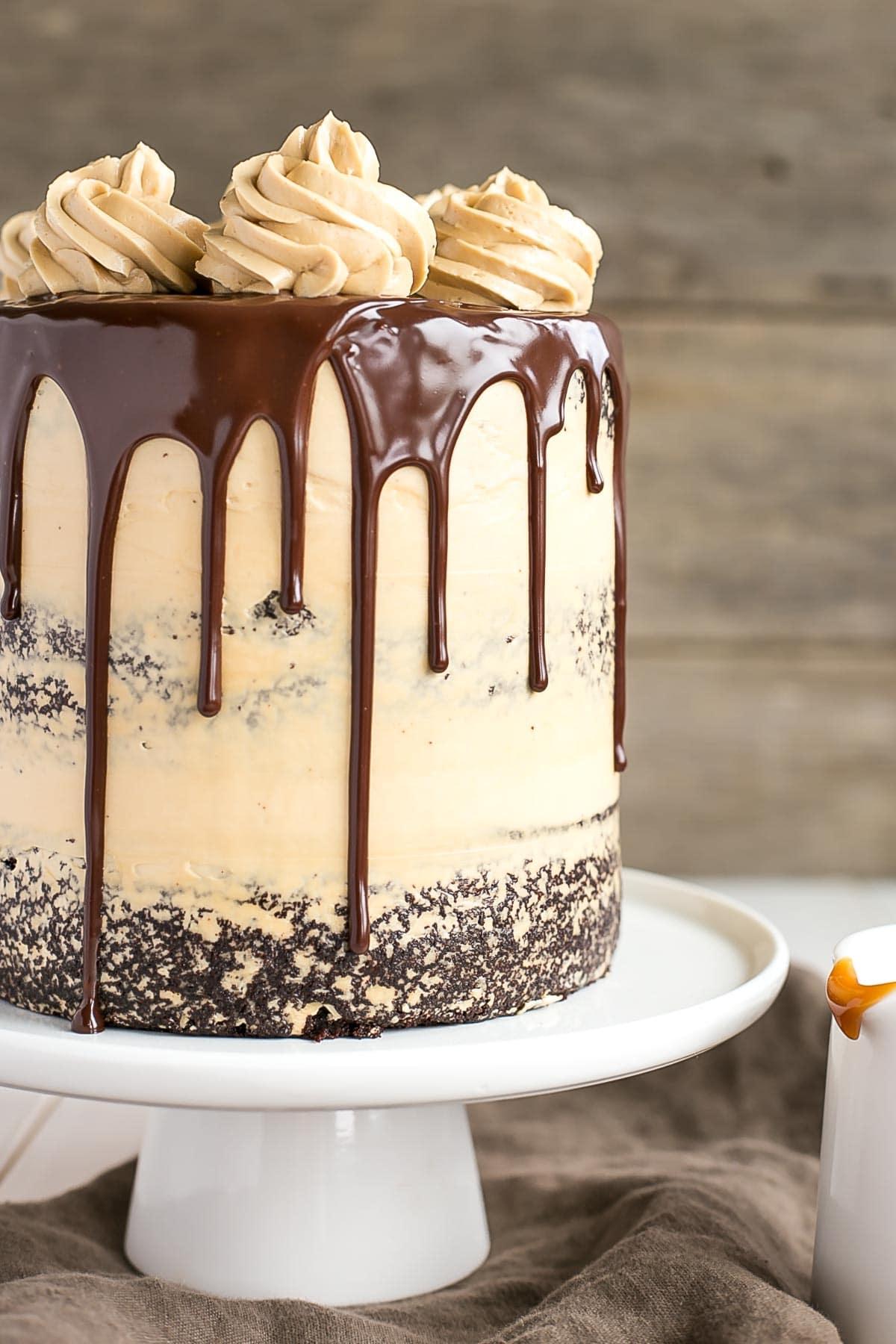 Le combo ultime du chocolat et du caramel se réunit dans ce délicieux gâteau au chocolat Dulce de Leche.     Livforcake.com