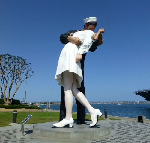 Statue of a homecoming soldier in San Diego