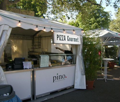 At the Sommerfest, you don't want to eat normal pizza - you'll have a pizza gourmet!