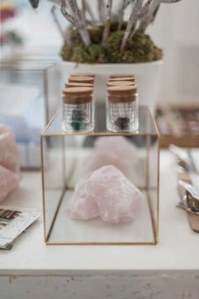 rozenkwart in glazen kastje