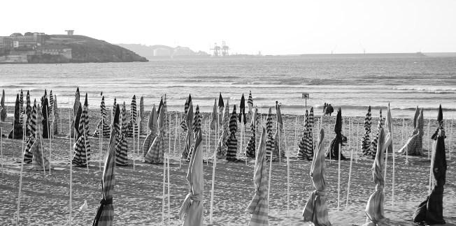 Sombrillas en la playa de San Lorenzo