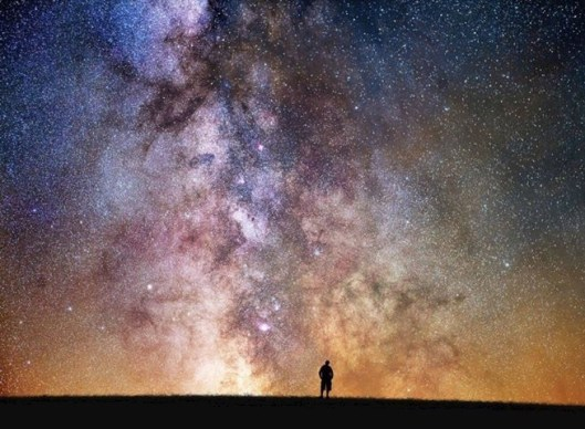 Man-looking-at-the-stars